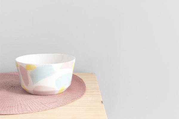Bol realizado artesanalmente en loza blanca con decoración de trazos rosas, azules y amarillos