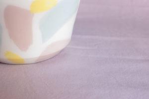Foto de detalle del bol splash y su decoración en pinceladas azules, rosas y amarillas
