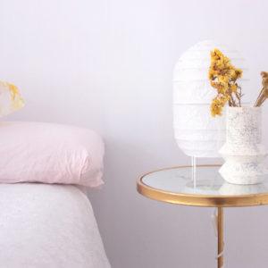Aplicación de decoración del florero GEO moteado, con flores en su interior