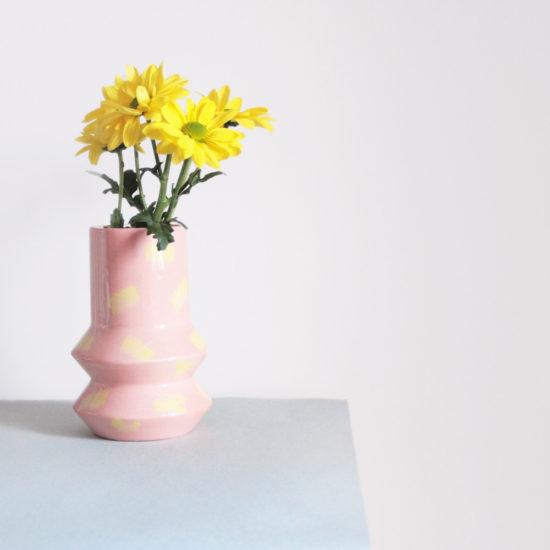Florero con formas geométricas decorativo rosa y amarillo