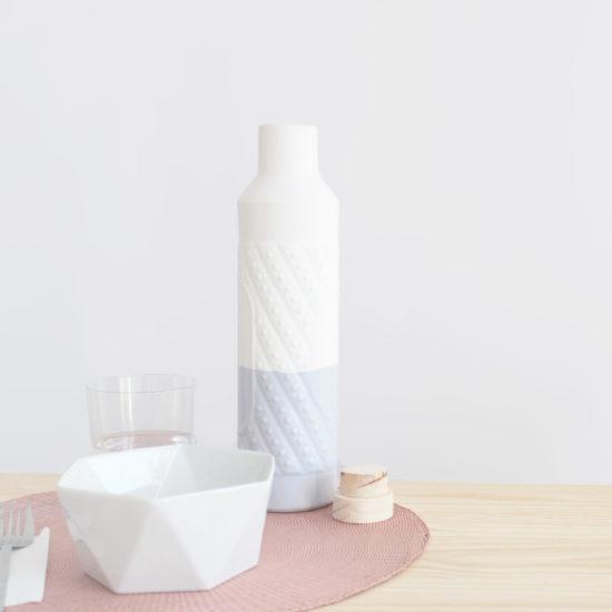 Botella para agua en loza blanca artesanal, esmaltada parcialmente en color lavanda y con tapón de madera artesanal