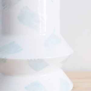 Detalle de pinceladas azules sobre el jarrón artesanal geo azul