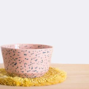 Bol realizado artesanalmente en loza blanca en color rosa y azul