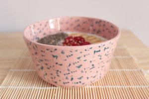 Bol artesanal rosa con manchas azules, detalle de su textura