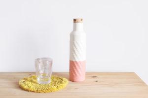Botella hecha a mano en loza blanca, esmaltada totalmente para su uso como jarra, en rosa y blanco