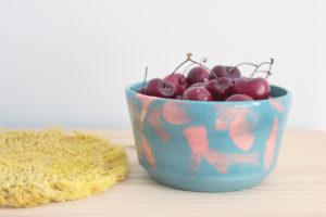 bol único etéreo azul con manchas rosas en cerámica artesanal