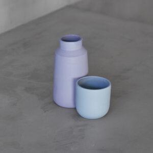 Florero y taza de cerámica artesanal en tonos azules